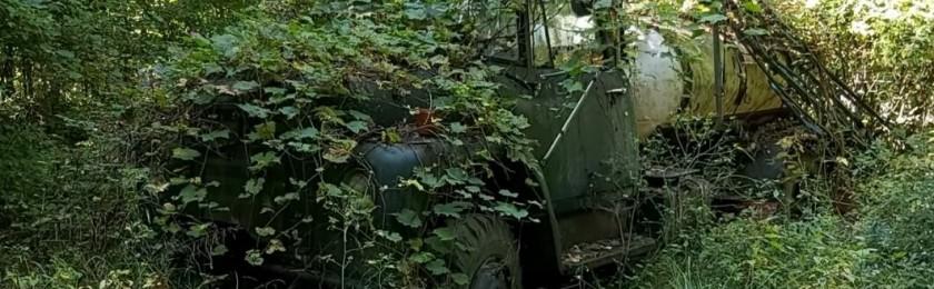 Блогеры нашли в лесу и завели брошенный много лет назад грузовик