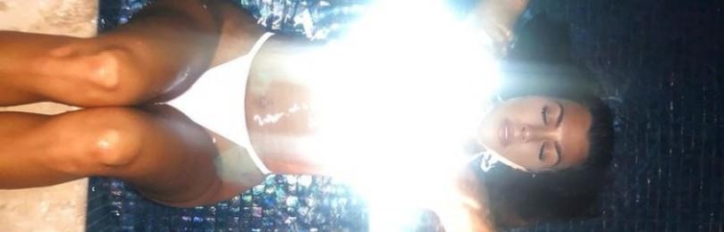 Кортни Кардашьян восхотила фанатов фото в светящемся бикини
